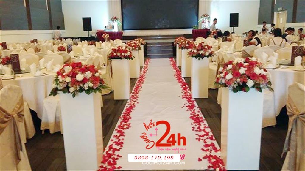 Dịch vụ cưới hỏi 24h trọn vẹn ngày vui chuyên trang trí nhà đám cưới hỏi và nhà hàng tiệc cưới | Trang trí sân khấu ngày cưới với lối đi trang trí hoa tươi