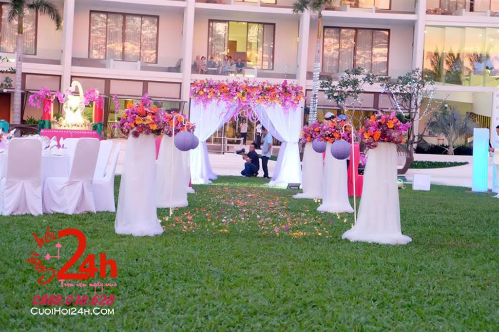 Dịch vụ cưới hỏi 24h trọn vẹn ngày vui chuyên trang trí nhà đám cưới hỏi và nhà hàng tiệc cưới | Trang trí sân khấu với trụ hoa tươi và voan