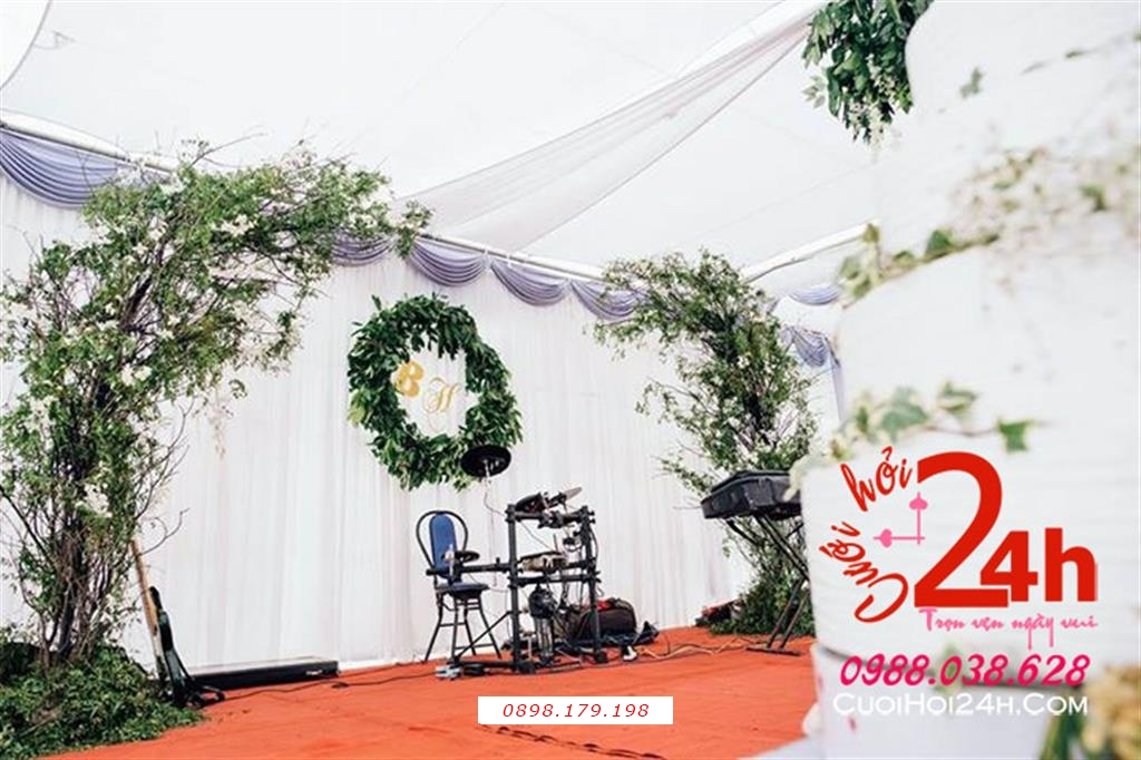 Dịch vụ cưới hỏi 24h trọn vẹn ngày vui chuyên trang trí nhà đám cưới hỏi và nhà hàng tiệc cưới | Trang trí sân khấu với voan và cây xanh