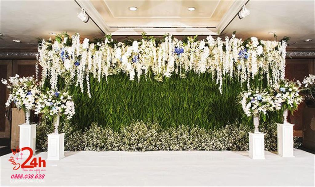 Dịch vụ cưới hỏi 24h trọn vẹn ngày vui chuyên trang trí nhà đám cưới hỏi và nhà hàng tiệc cưới | Backdrop cưới tông xanh trang trí trụ hoa cùng hoa lan trắng