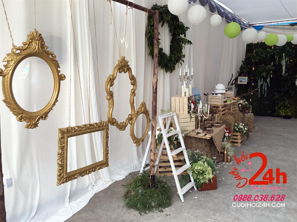 Dịch vụ cưới hỏi 24h trọn vẹn ngày vui chuyên trang trí nhà đám cưới hỏi và nhà hàng tiệc cưới | Backdrop cưới trang trí với khung ảnh màu vàng đồng