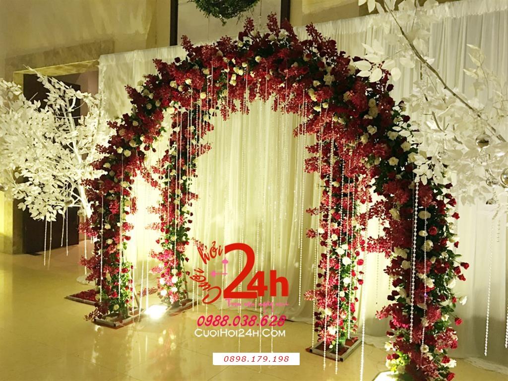 Dịch vụ cưới hỏi 24h trọn vẹn ngày vui chuyên trang trí nhà đám cưới hỏi và nhà hàng tiệc cưới | Backdrop hoa tươi tạo dáng cổng hoa 2D kết hoa tông đỏ phối dây pha lê (1)