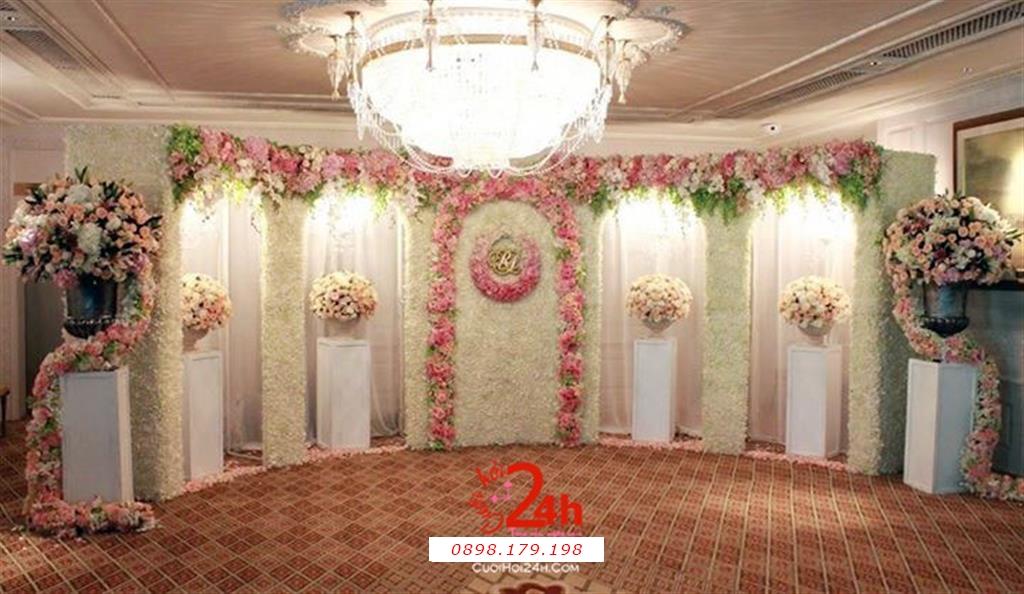 Dịch vụ cưới hỏi 24h trọn vẹn ngày vui chuyên trang trí nhà đám cưới hỏi và nhà hàng tiệc cưới | Backdrop kết hoa tươi phối voan tông hồng pastel