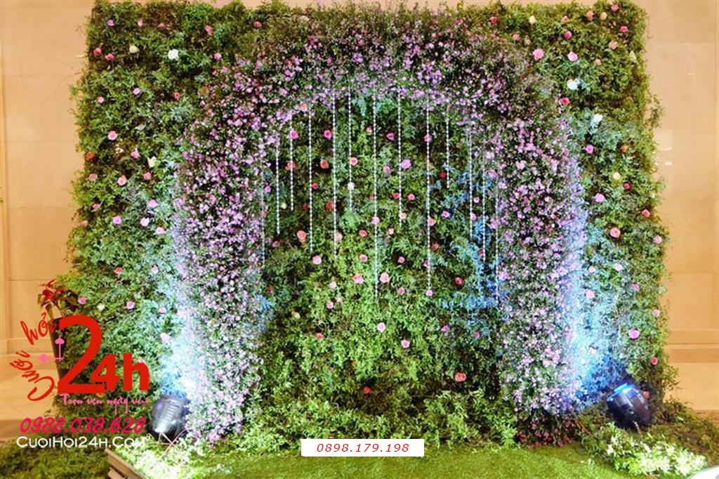 Dịch vụ cưới hỏi 24h trọn vẹn ngày vui chuyên trang trí nhà đám cưới hỏi và nhà hàng tiệc cưới | Backdrop nền xanh kết hoa tím nhỏ xinh trang trí cùng dây pha lê (1)