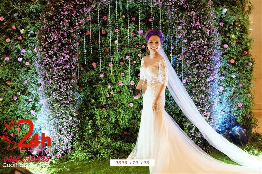 Dịch vụ cưới hỏi 24h trọn vẹn ngày vui chuyên trang trí nhà đám cưới hỏi và nhà hàng tiệc cưới | Backdrop nền xanh kết hoa tím nhỏ xinh trang trí cùng dây pha lê