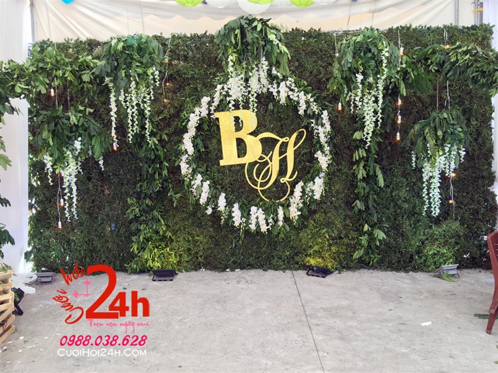 Dịch vụ cưới hỏi 24h trọn vẹn ngày vui chuyên trang trí nhà đám cưới hỏi và nhà hàng tiệc cưới | Backdrop nền xanh lá cây trang trí hoa màu trắng