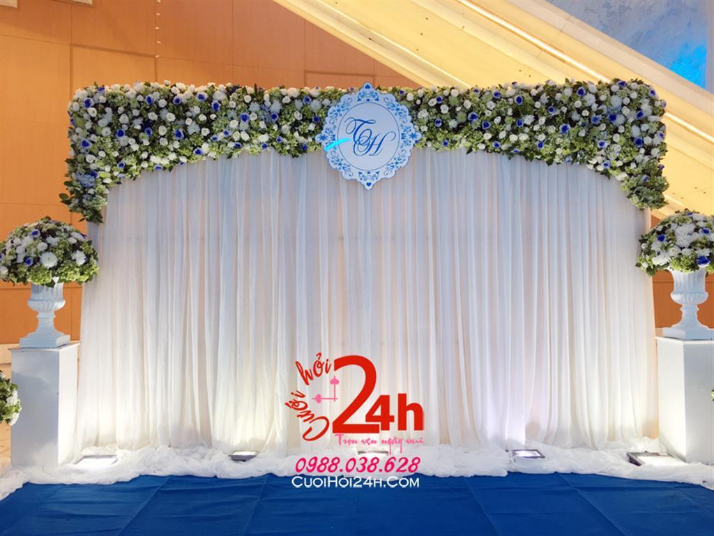 Dịch vụ cưới hỏi 24h trọn vẹn ngày vui chuyên trang trí nhà đám cưới hỏi và nhà hàng tiệc cưới | Backdrop voan trắng trang trí hoa tươi cùng trụ hoa