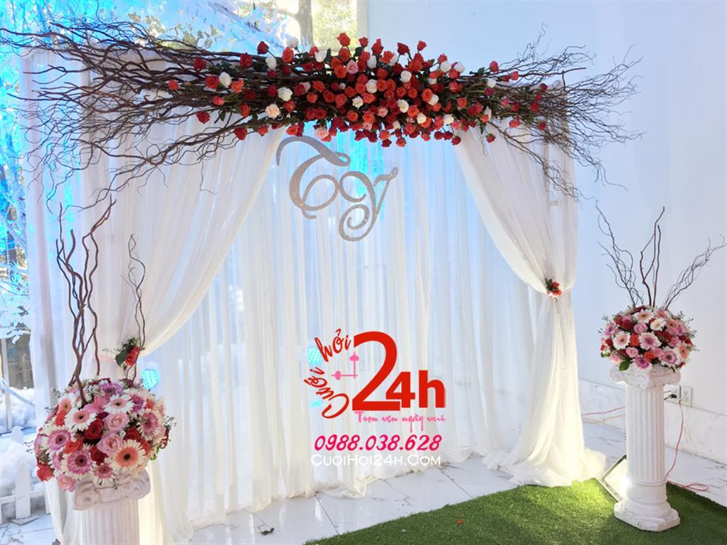 Dịch vụ cưới hỏi 24h trọn vẹn ngày vui chuyên trang trí nhà đám cưới hỏi và nhà hàng tiệc cưới | Phông cưới trắng trang trí hoa tươi tông đỏ cùng cây khô