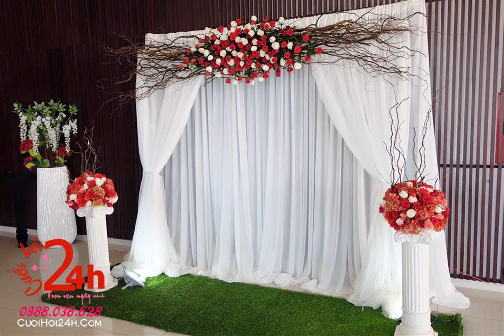 Dịch vụ cưới hỏi 24h trọn vẹn ngày vui chuyên trang trí nhà đám cưới hỏi và nhà hàng tiệc cưới | Phông cưới voan trắng trang trí hoa đỏ cùng cành khô