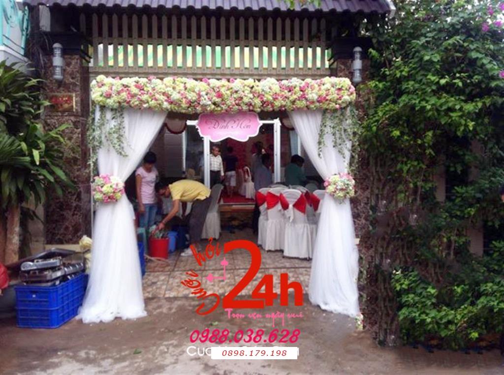 Dịch vụ cưới hỏi 24h trọn vẹn ngày vui chuyên trang trí nhà đám cưới hỏi và nhà hàng tiệc cưới | Cổng cưới hoa tươi chân phối voan trắng mềm mại