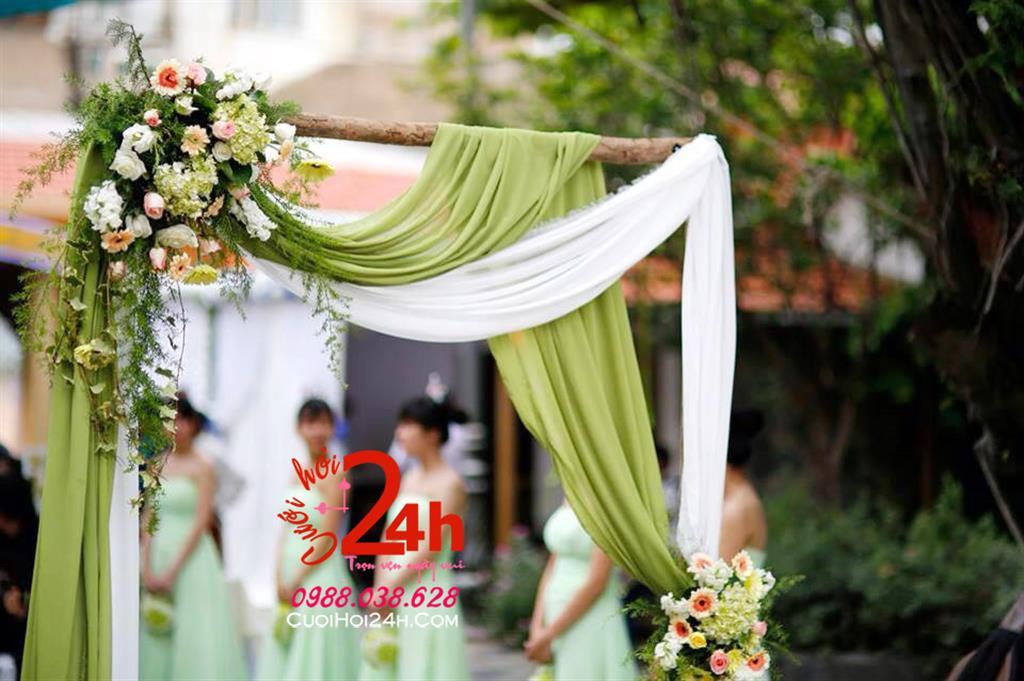 Dịch vụ cưới hỏi 24h trọn vẹn ngày vui chuyên trang trí nhà đám cưới hỏi và nhà hàng tiệc cưới | Cổng cưới hoa tươi phối voan trắng xanh rêu mềm mại