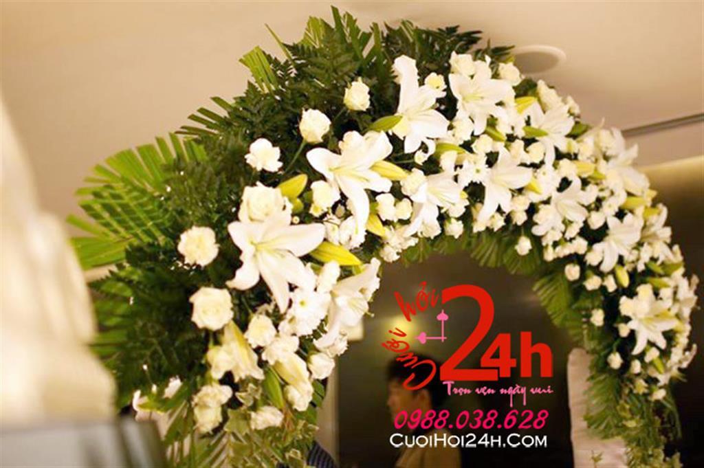 Dịch vụ cưới hỏi 24h trọn vẹn ngày vui chuyên trang trí nhà đám cưới hỏi và nhà hàng tiệc cưới | Cổng cưới mái ngang kết hoa tươi tông trắng phối lá xanh mướt