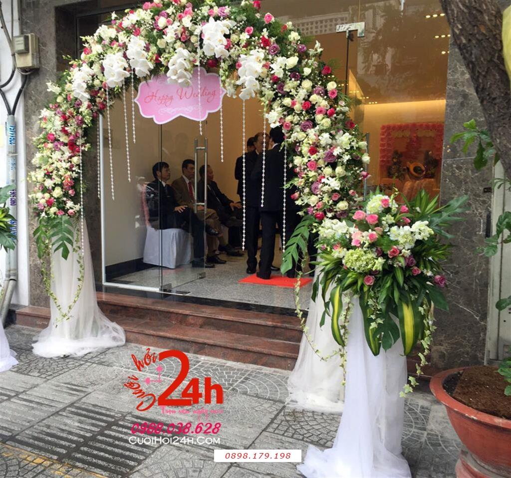 Dịch vụ cưới hỏi 24h trọn vẹn ngày vui chuyên trang trí nhà đám cưới hỏi và nhà hàng tiệc cưới | Cổng hoa tươi mái vòm kết hoa tươi trắng hồng phối cổng phụ
