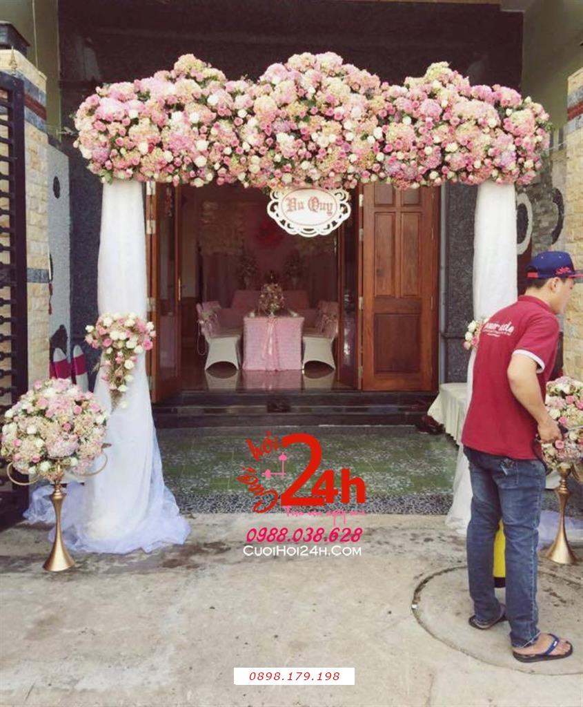 Dịch vụ cưới hỏi 24h trọn vẹn ngày vui chuyên trang trí nhà đám cưới hỏi và nhà hàng tiệc cưới | Cổng hoa tươi tông hồng pastel chân voan trắng xinh xắn