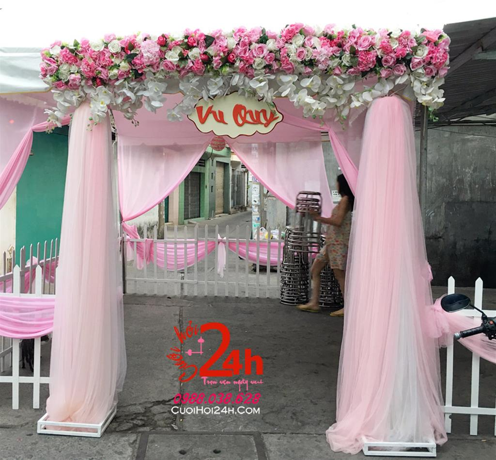 Dịch vụ cưới hỏi 24h trọn vẹn ngày vui chuyên trang trí nhà đám cưới hỏi và nhà hàng tiệc cưới | Cổng hoa vải ngày cưới hình chữ nhật đứng mái ngang kết hoa trắng hồng phấn