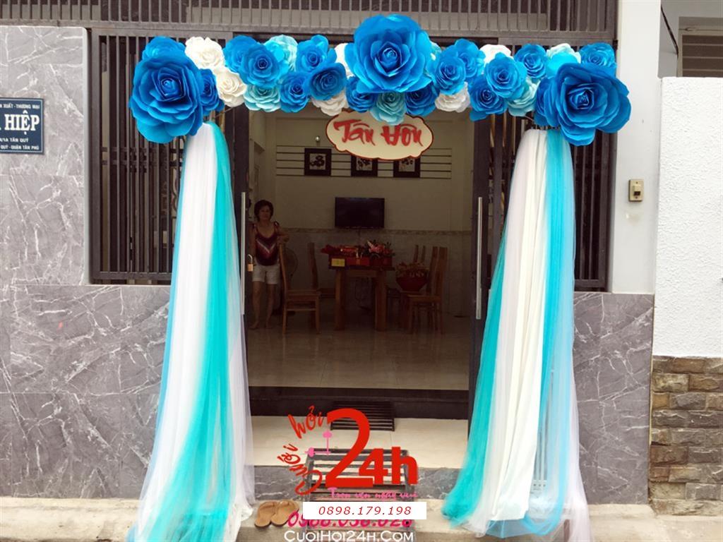 Dịch vụ cưới hỏi 24h trọn vẹn ngày vui chuyên trang trí nhà đám cưới hỏi và nhà hàng tiệc cưới | Cổng cưới hoa giấy màu xanh dương đậm chân phối voan mềm mại