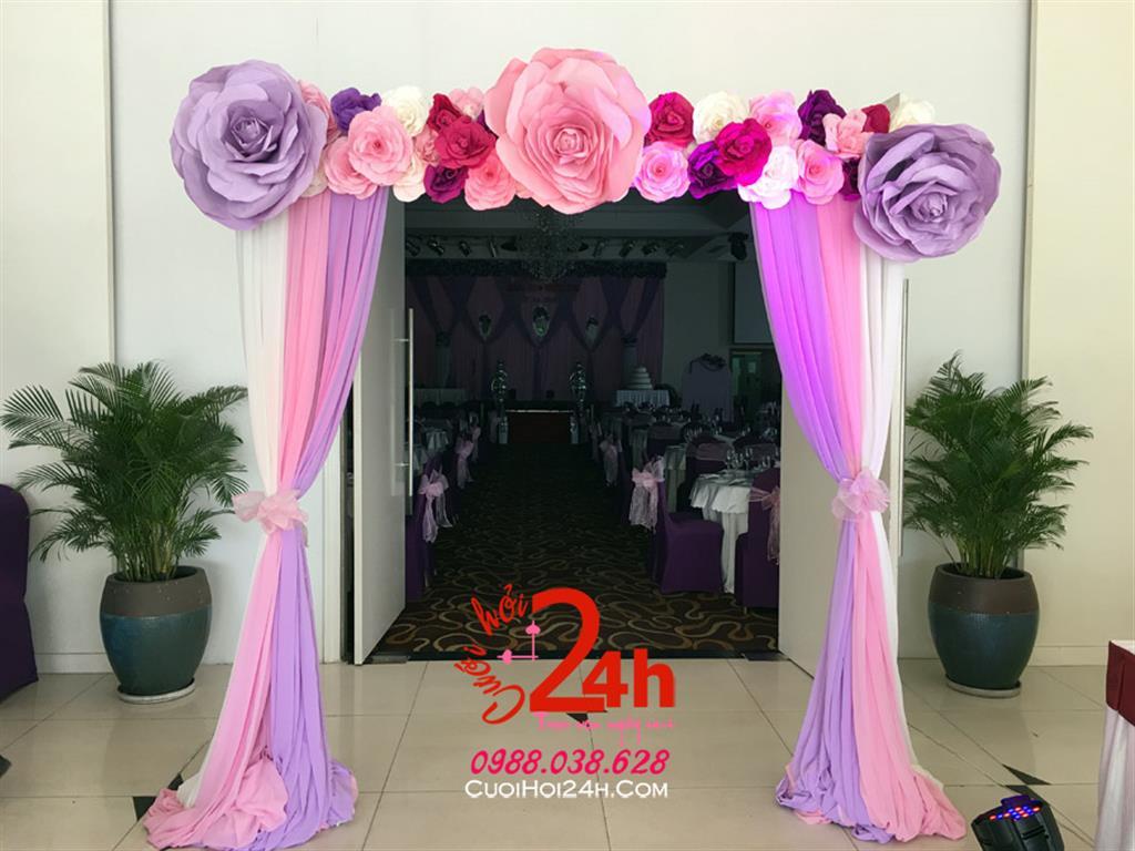 Dịch vụ cưới hỏi 24h trọn vẹn ngày vui chuyên trang trí nhà đám cưới hỏi và nhà hàng tiệc cưới | Cổng hoa cưới mái ngang kết hoa giấy chân phối voan hồng tím