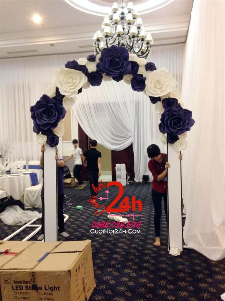 Dịch vụ cưới hỏi 24h trọn vẹn ngày vui chuyên trang trí nhà đám cưới hỏi và nhà hàng tiệc cưới | Trang trí cổng hoa giấy ngày cưới tôn trắng xanh đen