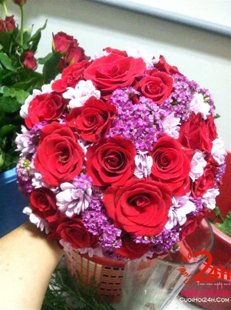 Dịch vụ cưới hỏi 24h trọn vẹn ngày vui chuyên trang trí nhà đám cưới hỏi và nhà hàng tiệc cưới | Bó hoa cầm tay cô dâu màu đỏ tím