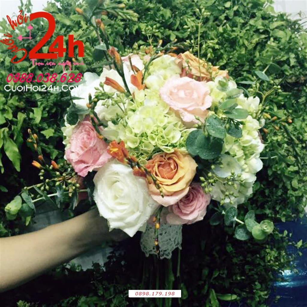 Dịch vụ cưới hỏi 24h trọn vẹn ngày vui chuyên trang trí nhà đám cưới hỏi và nhà hàng tiệc cưới | Hoa cầm tay cô dâu ngày cưới kết tròn đẹp tông xanh lá trang trí hoa hồng