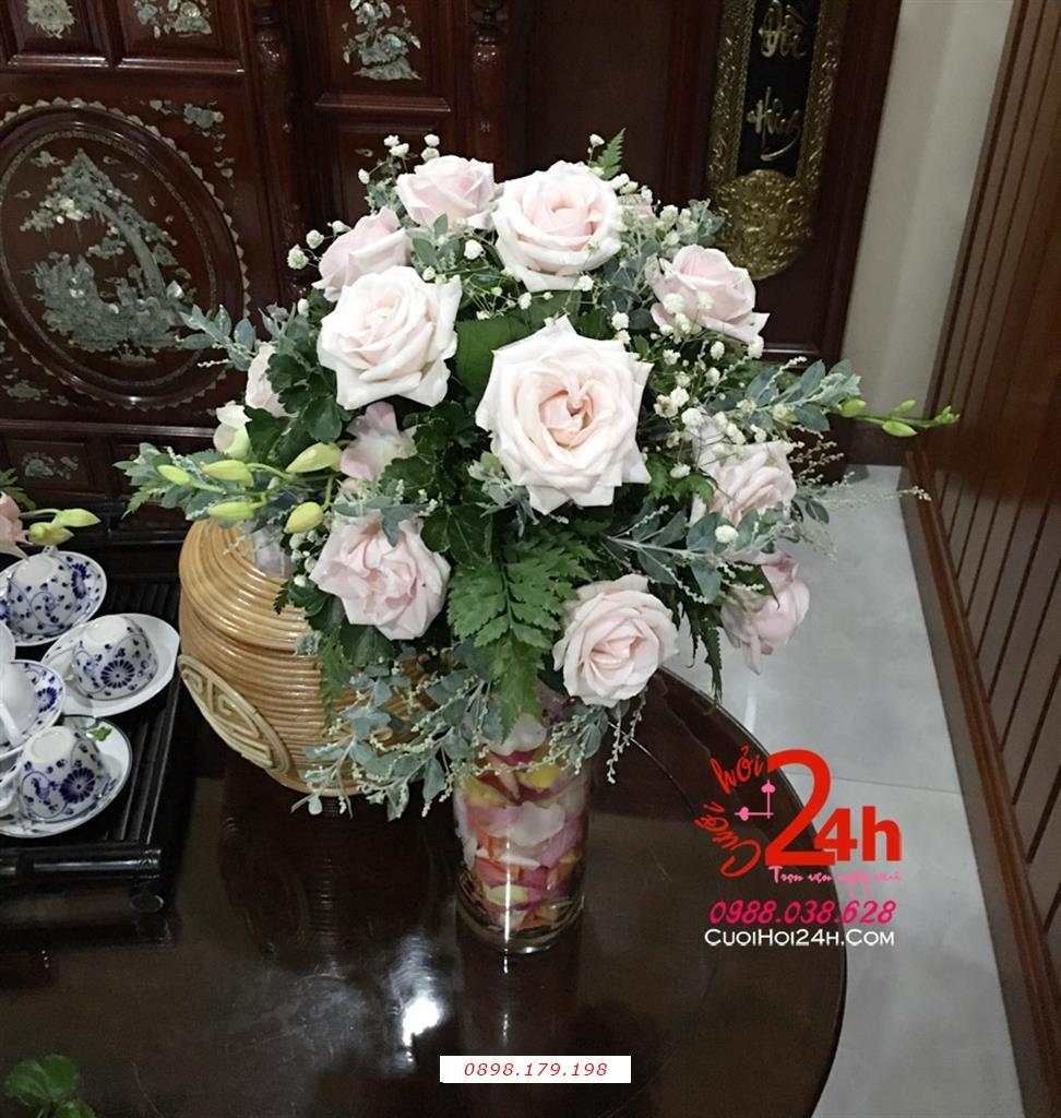Dịch vụ cưới hỏi 24h trọn vẹn ngày vui chuyên trang trí nhà đám cưới hỏi và nhà hàng tiệc cưới | Hoa để bàn ngày cưới kết tròn đẹp từ hoa hồng nở đều cùng lá xanh