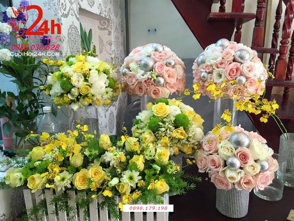 Dịch vụ cưới hỏi 24h trọn vẹn ngày vui chuyên trang trí nhà đám cưới hỏi và nhà hàng tiệc cưới | Trụ hoa tươi trang trí tông hồng pastel cùng hoa vàng nổi bật