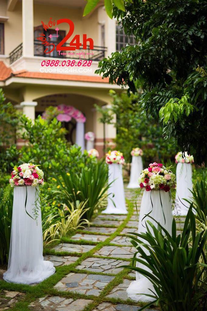 Dịch vụ cưới hỏi 24h trọn vẹn ngày vui chuyên trang trí nhà đám cưới hỏi và nhà hàng tiệc cưới | Trụ hoa tươi tròn đều trang trí lối đi ngày cưới