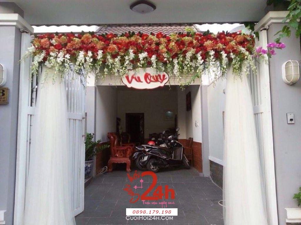 Dịch vụ cưới hỏi 24h trọn vẹn ngày vui chuyên trang trí nhà đám cưới hỏi và nhà hàng tiệc cưới | Cổng hoa tươi chân voan tông đỏ cam