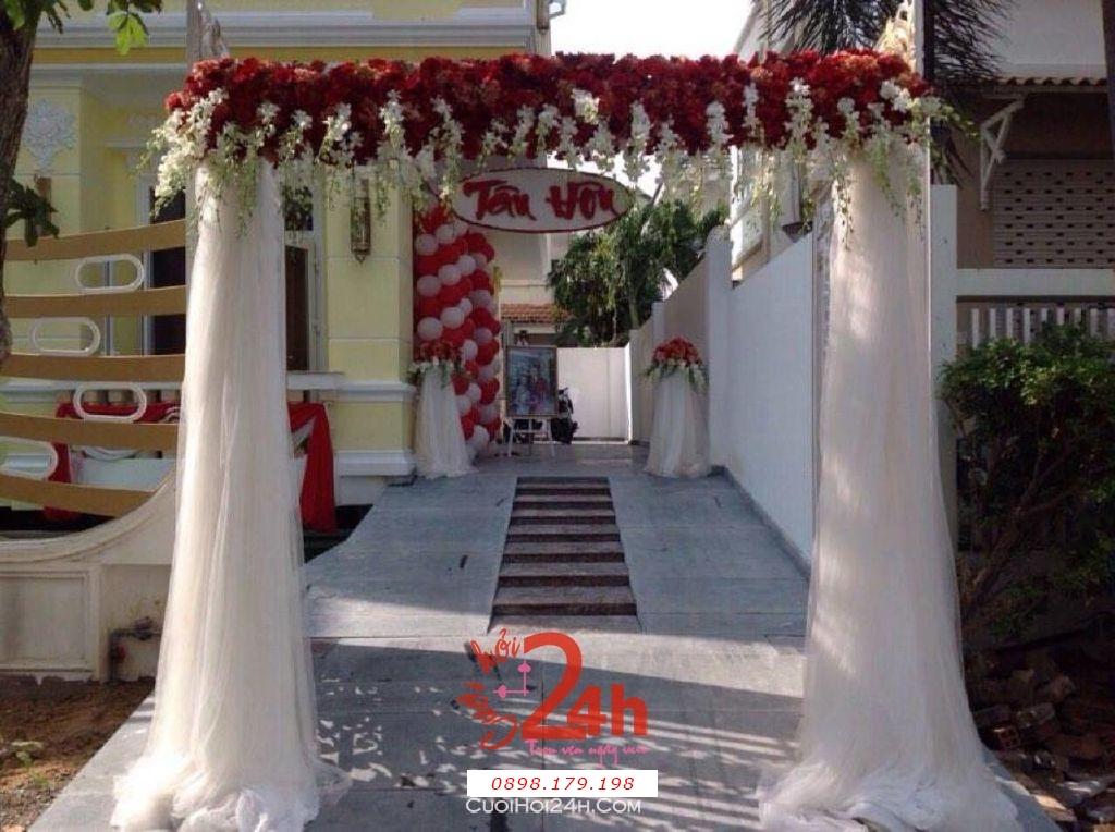 Dịch vụ cưới hỏi 24h trọn vẹn ngày vui chuyên trang trí nhà đám cưới hỏi và nhà hàng tiệc cưới | Cổng hoa tươi chân voan trắng đỏ (2)