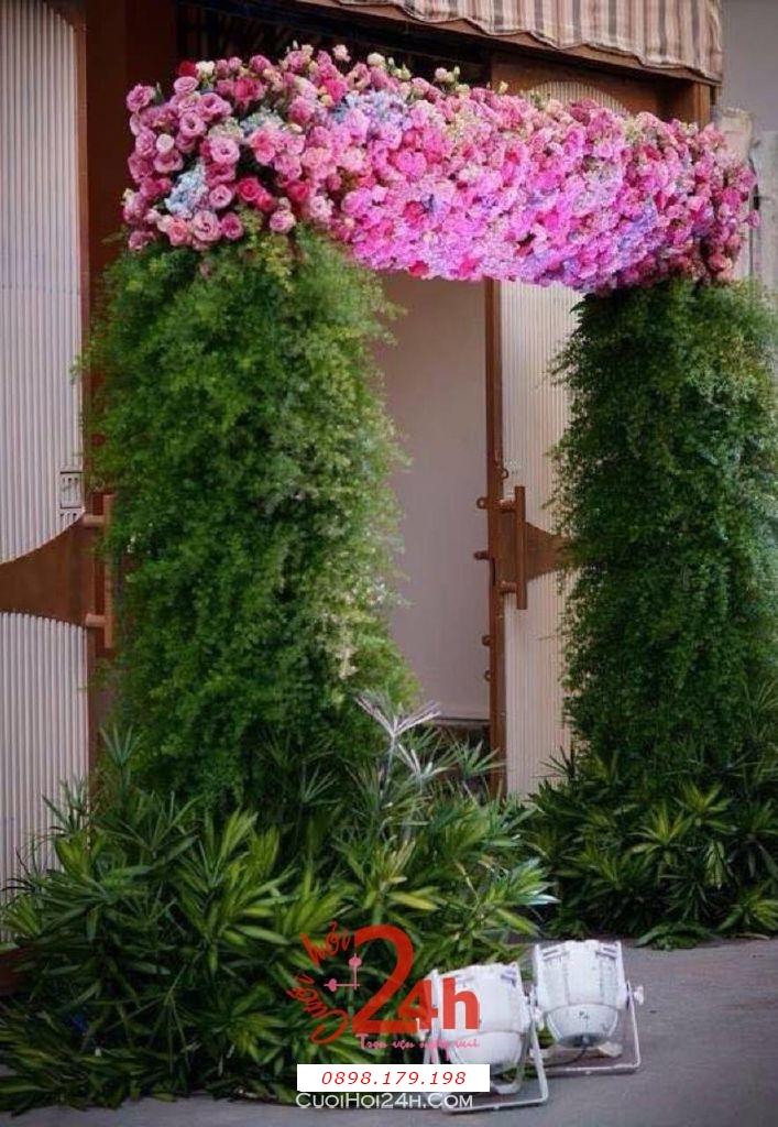 Dịch vụ cưới hỏi 24h trọn vẹn ngày vui chuyên trang trí nhà đám cưới hỏi và nhà hàng tiệc cưới | Cổng hoa tươi đặc biệt với chân cây cỏ và hoa tông hồng