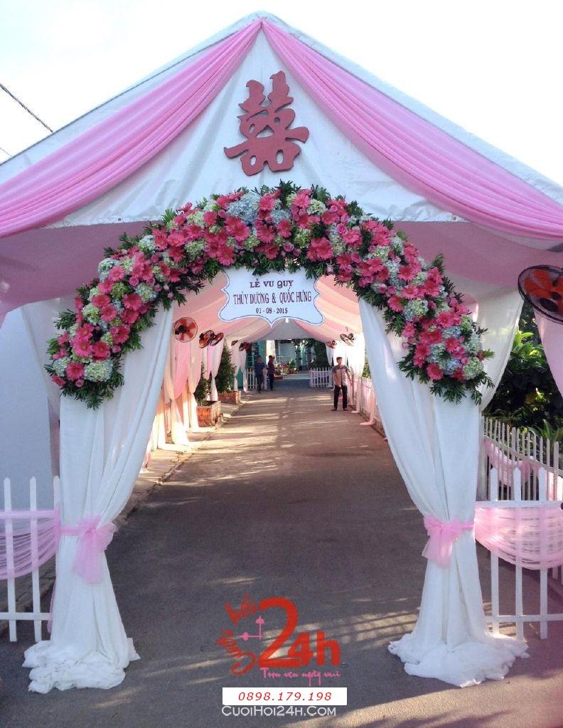 Dịch vụ cưới hỏi 24h trọn vẹn ngày vui chuyên trang trí nhà đám cưới hỏi và nhà hàng tiệc cưới | Cổng hoa tươi màu hồng dễ thương với chân voan trắng mái cong