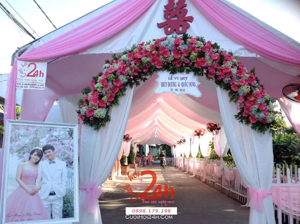 Dịch vụ cưới hỏi 24h trọn vẹn ngày vui chuyên trang trí nhà đám cưới hỏi và nhà hàng tiệc cưới | Cổng hoa tươi màu hồng dễ thương với chân voan trắng và hoa đồng tiền cẩm tú cầu kết mái cong