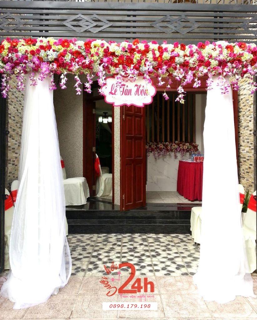 Dịch vụ cưới hỏi 24h trọn vẹn ngày vui chuyên trang trí nhà đám cưới hỏi và nhà hàng tiệc cưới | Cổng hoa tươi màu trắng đỏ tươi đẹp chân voan trắng cho lễ tân hôn