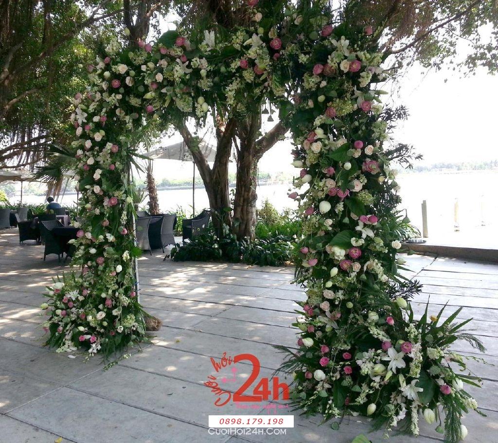Dịch vụ cưới hỏi 24h trọn vẹn ngày vui chuyên trang trí nhà đám cưới hỏi và nhà hàng tiệc cưới | Cổng hoa tươi màu xanh lá chen màu hồng cho đám cưới sân vườn (1)