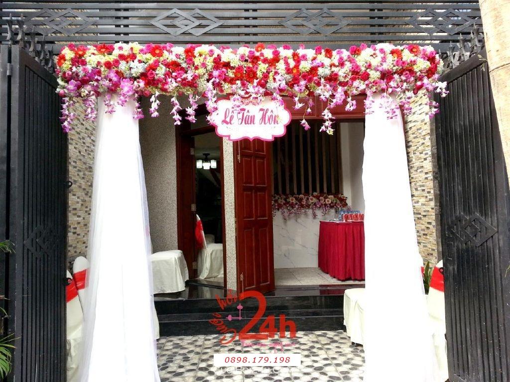 Dịch vụ cưới hỏi 24h trọn vẹn ngày vui chuyên trang trí nhà đám cưới hỏi và nhà hàng tiệc cưới | Cổng hoa tươi tông trắng đỏ chân voan trắng cho lễ tân hôn song hỷ