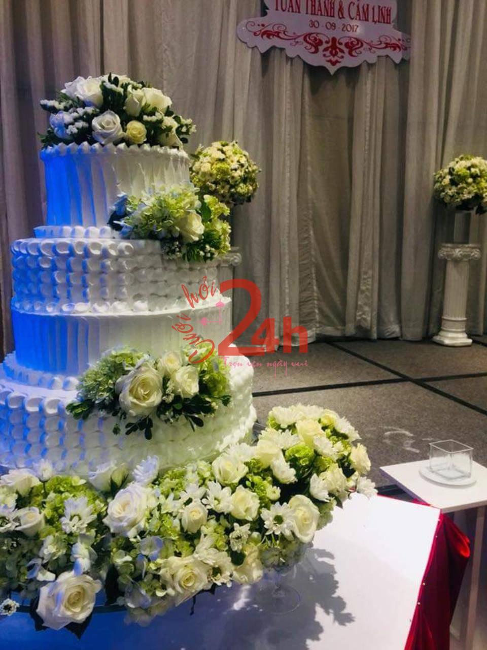 Dịch vụ cưới hỏi 24h trọn vẹn ngày vui chuyên trang trí nhà đám cưới hỏi và nhà hàng tiệc cưới | Hoa trang trí tiệc cưới trên chiếc bánh kem nhiều tầng