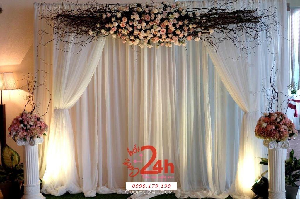 Dịch vụ cưới hỏi 24h trọn vẹn ngày vui chuyên trang trí nhà đám cưới hỏi và nhà hàng tiệc cưới | Phông cưới chụp ảnh bằng hoa tươi và voan màu hồng pastel nhẹ nhàng (2)