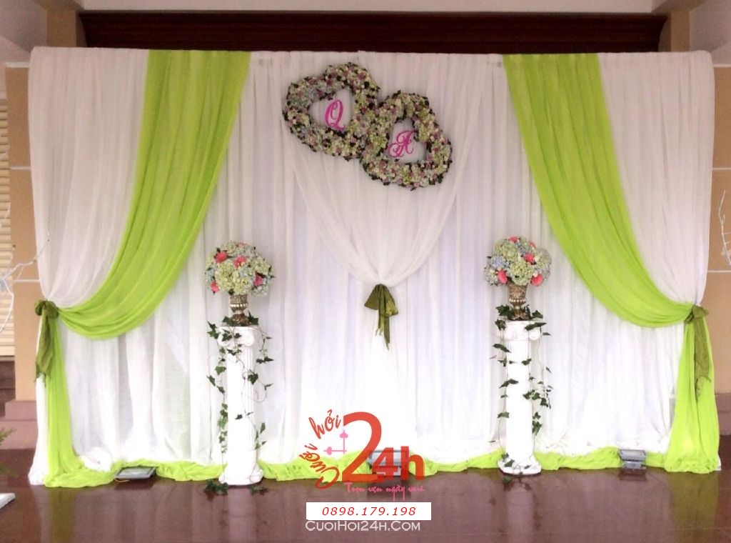 Dịch vụ cưới hỏi 24h trọn vẹn ngày vui chuyên trang trí nhà đám cưới hỏi và nhà hàng tiệc cưới | Phông cưới chụp ảnh dễ thương với voan và hoa tươi kết trái tim