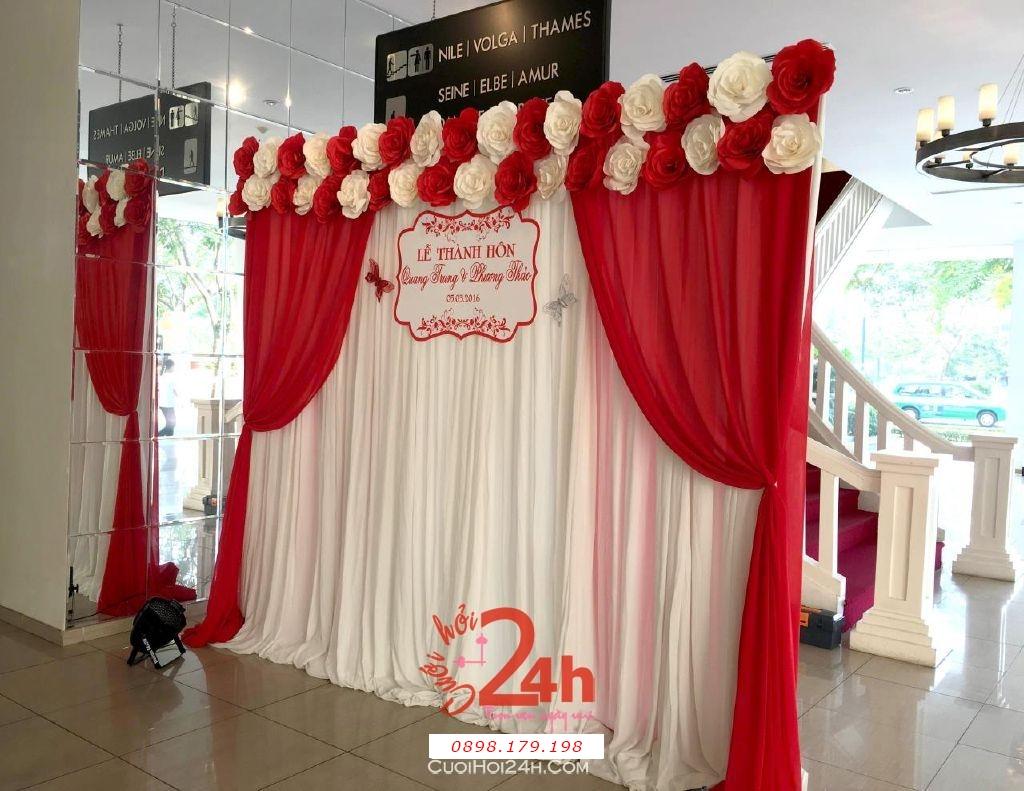 Dịch vụ cưới hỏi 24h trọn vẹn ngày vui chuyên trang trí nhà đám cưới hỏi và nhà hàng tiệc cưới | Phông hoa giấy màu trắng đỏ cho lễ thành hôn (1)
