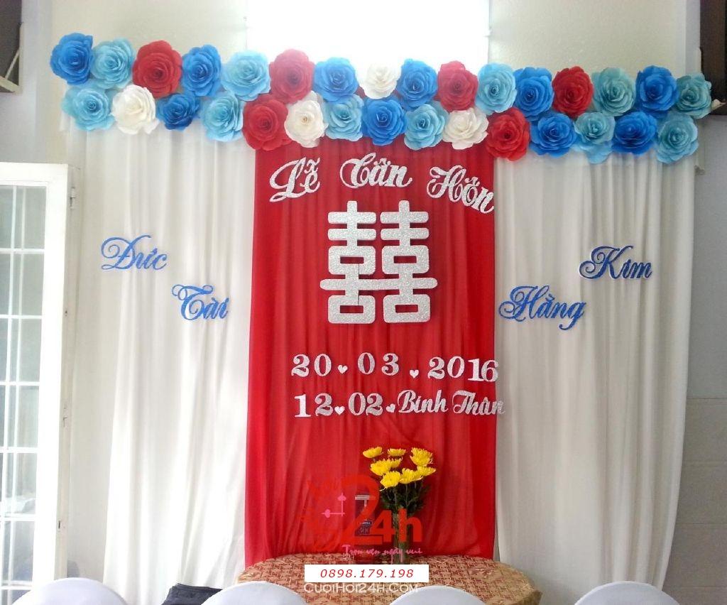 Dịch vụ cưới hỏi 24h trọn vẹn ngày vui chuyên trang trí nhà đám cưới hỏi và nhà hàng tiệc cưới | Phông lễ tân hôn với hoa giấy mà đỏ xanh (1)