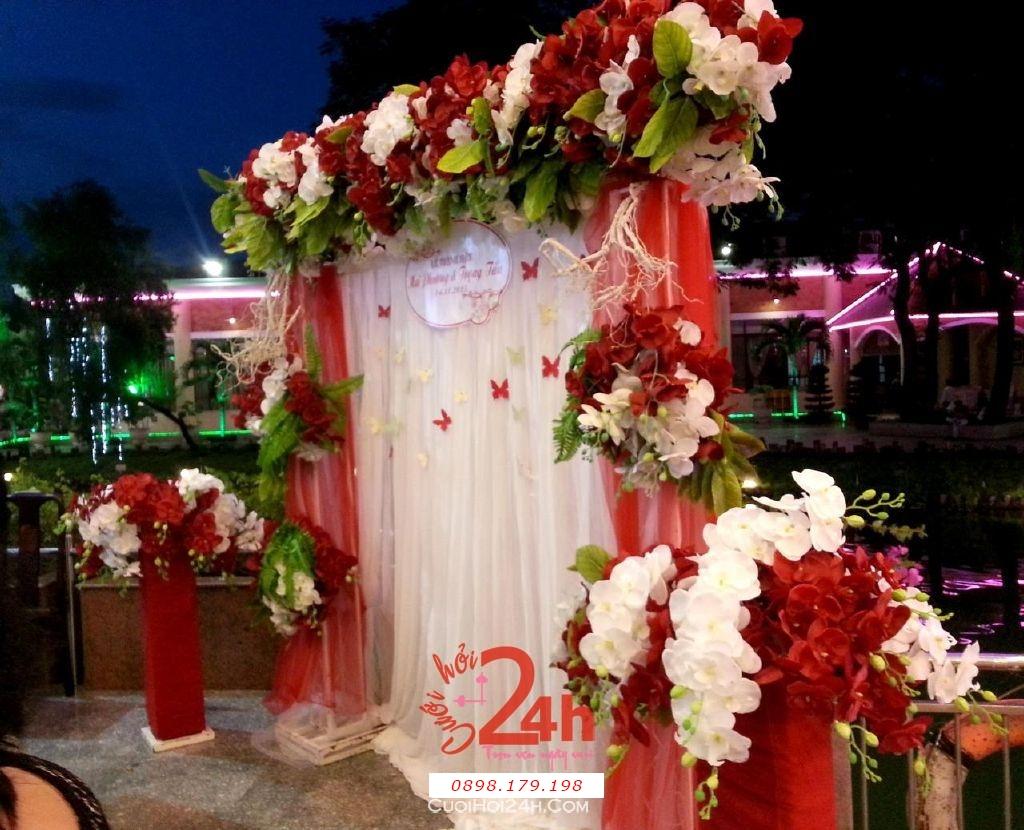 Dịch vụ cưới hỏi 24h trọn vẹn ngày vui chuyên trang trí nhà đám cưới hỏi và nhà hàng tiệc cưới | Phông lễ thành hôn màu trắng đỏ với hoa phong lan đỏ (1)