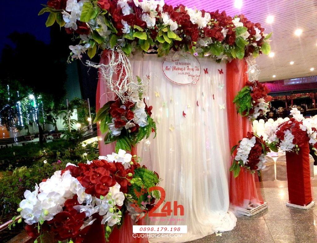 Dịch vụ cưới hỏi 24h trọn vẹn ngày vui chuyên trang trí nhà đám cưới hỏi và nhà hàng tiệc cưới | Phông lễ thành hôn màu trắng đỏ với hoa phong lan đỏ (2)
