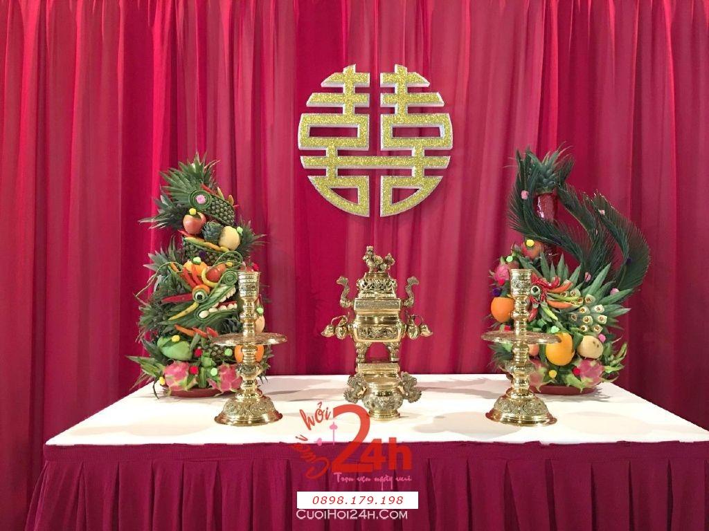 Dịch vụ cưới hỏi 24h trọn vẹn ngày vui chuyên trang trí nhà đám cưới hỏi và nhà hàng tiệc cưới | Trang trí bàn thờ đơn giản mà đẹp với phông voan đỏ đô và rồng phụng (1)