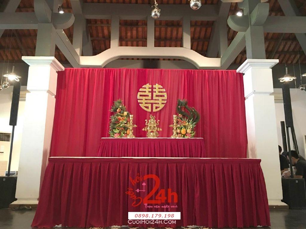 Dịch vụ cưới hỏi 24h trọn vẹn ngày vui chuyên trang trí nhà đám cưới hỏi và nhà hàng tiệc cưới | Trang trí bàn thờ đơn giản mà đẹp với phông voan đỏ đô và rồng phụng (2)