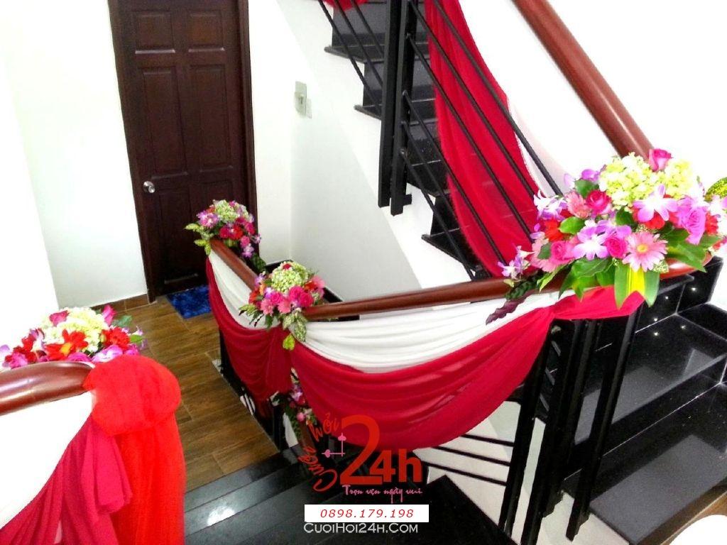 Dịch vụ cưới hỏi 24h trọn vẹn ngày vui chuyên trang trí nhà đám cưới hỏi và nhà hàng tiệc cưới | Trang trí cầu thang nhà cưới với voan trắng đỏ và hoa lá tươi tắn, long trọng