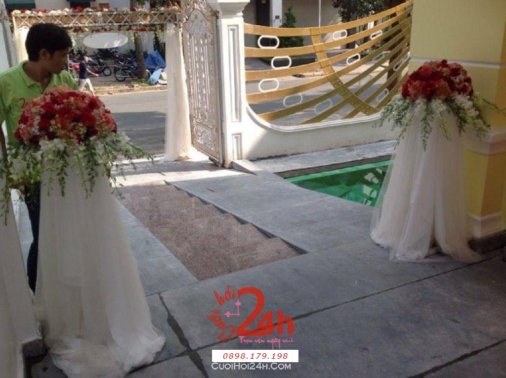 Dịch vụ cưới hỏi 24h trọn vẹn ngày vui chuyên trang trí nhà đám cưới hỏi và nhà hàng tiệc cưới | Trang trí lối vào nhà cưới bằng trị hoa trắng đỏ
