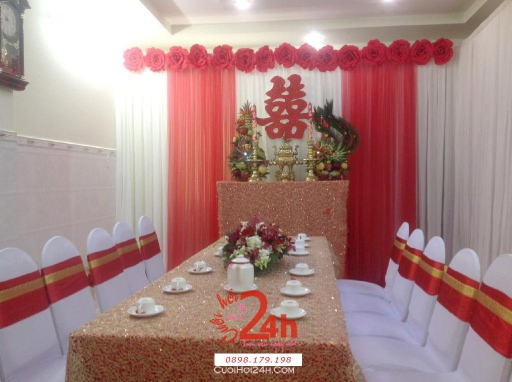 Dịch vụ cưới hỏi 24h trọn vẹn ngày vui chuyên trang trí nhà đám cưới hỏi và nhà hàng tiệc cưới | Trang trí nhà cưới hỏi tông đỏ với khăn trải bàn màu đặc biệt (1)