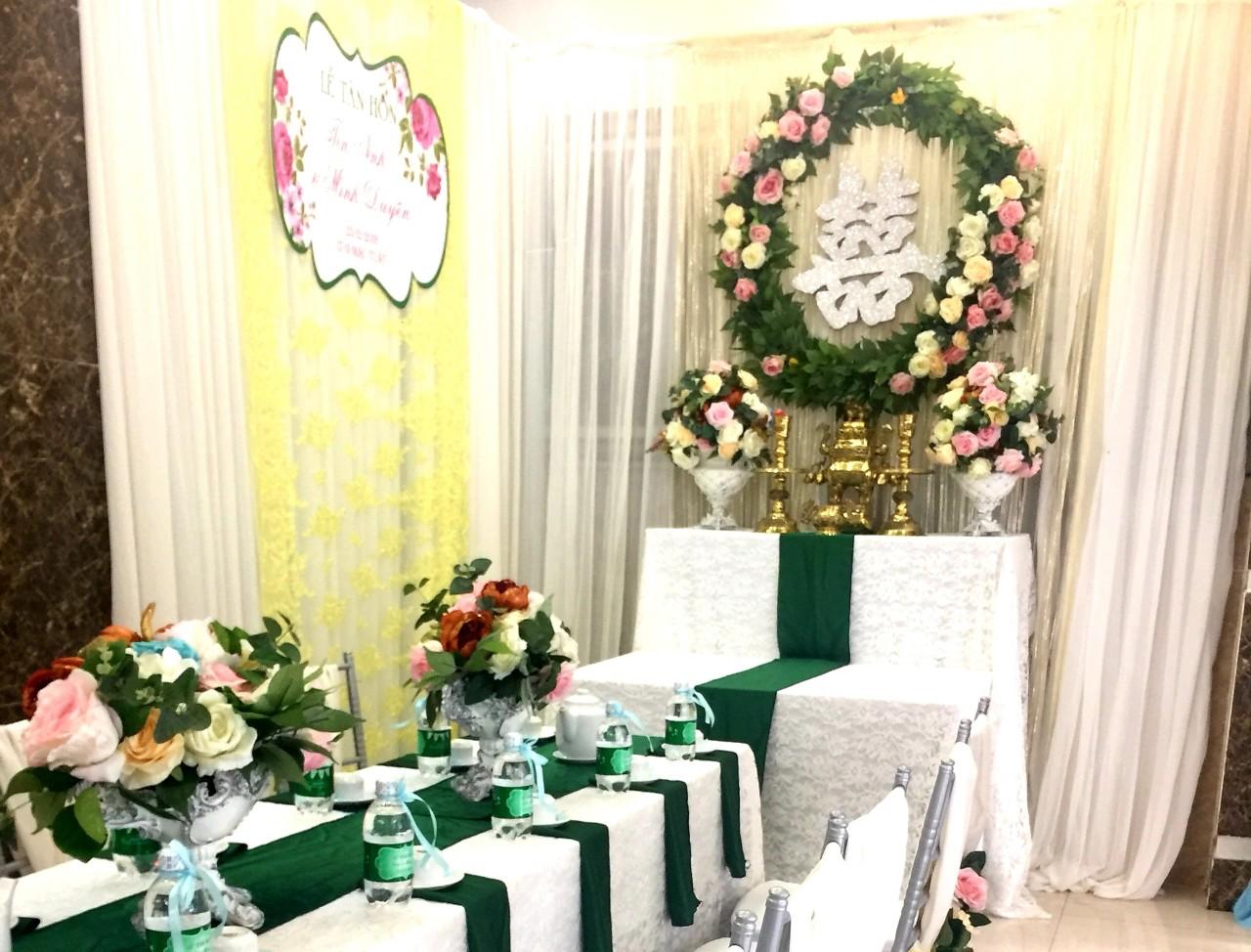 Dịch vụ cưới hỏi 24h trọn vẹn ngày vui chuyên trang trí nhà đám cưới hỏi và nhà hàng tiệc cưới | Trang trí nhà cưới hỏi tông hồng hồng lãng mạn với bàn thờ hoa giấy và hoa tươi rồng phụng (2)