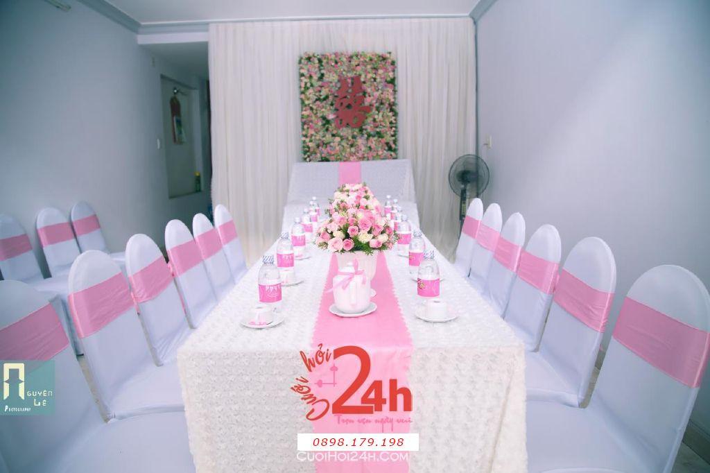 Dịch vụ cưới hỏi 24h trọn vẹn ngày vui chuyên trang trí nhà đám cưới hỏi và nhà hàng tiệc cưới | Trang trí nhà cưới hỏi tông hồng nhã nhặn với bàn thờ gia tiên là backdrop hoa tươi (1)