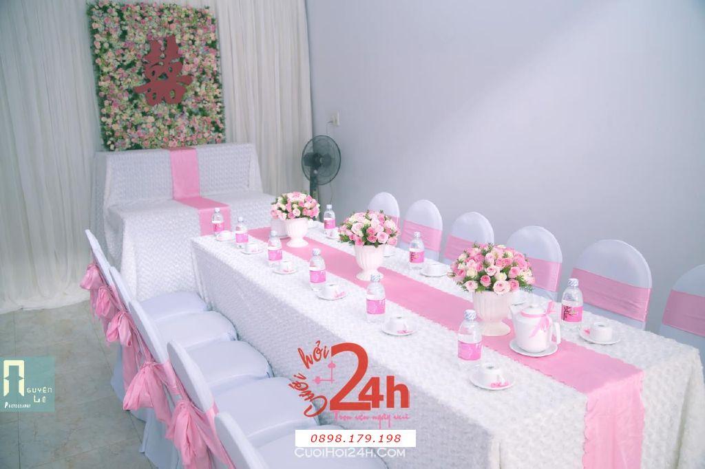 Dịch vụ cưới hỏi 24h trọn vẹn ngày vui chuyên trang trí nhà đám cưới hỏi và nhà hàng tiệc cưới | Trang trí nhà cưới hỏi tông hồng nhã nhặn với bàn thờ gia tiên là backdrop hoa tươi (2)
